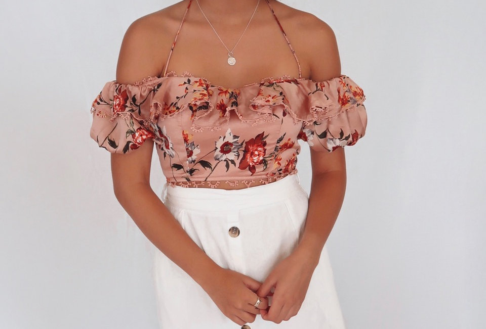 Super cute off the shoulder top, perfect to dress up for a Summer event!