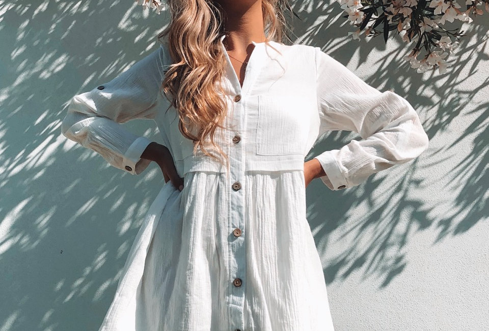 Cute white v neck dress, perfect summer look for a coffee date!
