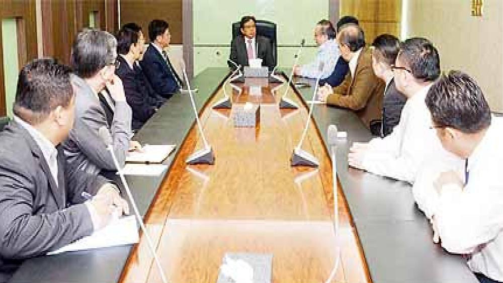 黄文彬集团及中国建筑(南洋)发展有限公司的代表们与副首长阿邦佐哈里交流时摄。