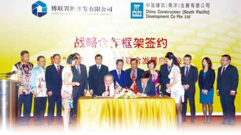 在众嘉宾的一起见证下,黄文彬集团董事长拿督黄国忠(左)和中国建筑(南洋)发展有限公司副总裁兼董事经理李晓谦进行历史性的签约仪式。