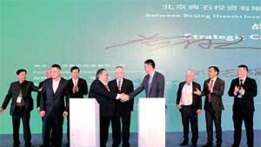 ●拿督黄国忠(右六)与典石投资董事长刘志强在签署协议后,在众人见证下互相祝贺,中为拿督斯里魏家祥。