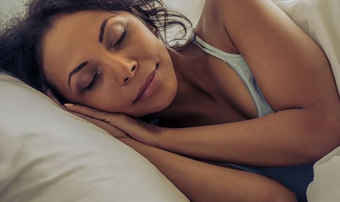 Posição correta ao dormir evita dores e melhora a disposição