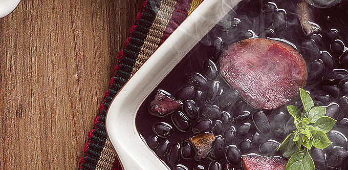 Feijoada: o mais famoso prato brasileiro, agora, em uma versão mais leve