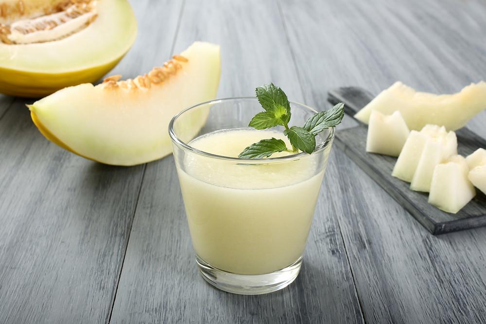 Copo com suco detox com melão