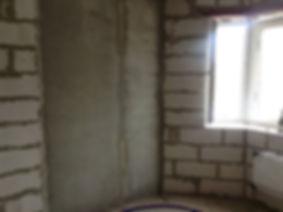 Коридор с окном до ремонта квартиры