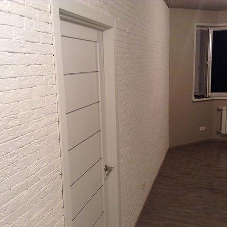 Коридор с окном после ремонта квартиры