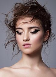 Make Up Artistin Sabrina Reuschl schminkt Star für ein Shooting. Sie ist Gastdozentin für Make Up Schulungen an der Akademie Modestyling