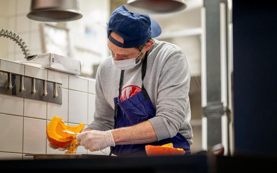 Le chef Florent Scheidgen, second de Franck Baranger, du restaurant parisien La-Belle-maison (IXe) a participé à l'opération. Julie Limont/Hans Lucas