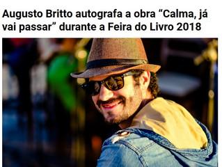 """Augusto Britto autografa a obra """"Calma, já vai passar"""" durante a Feira do Livro 2018"""