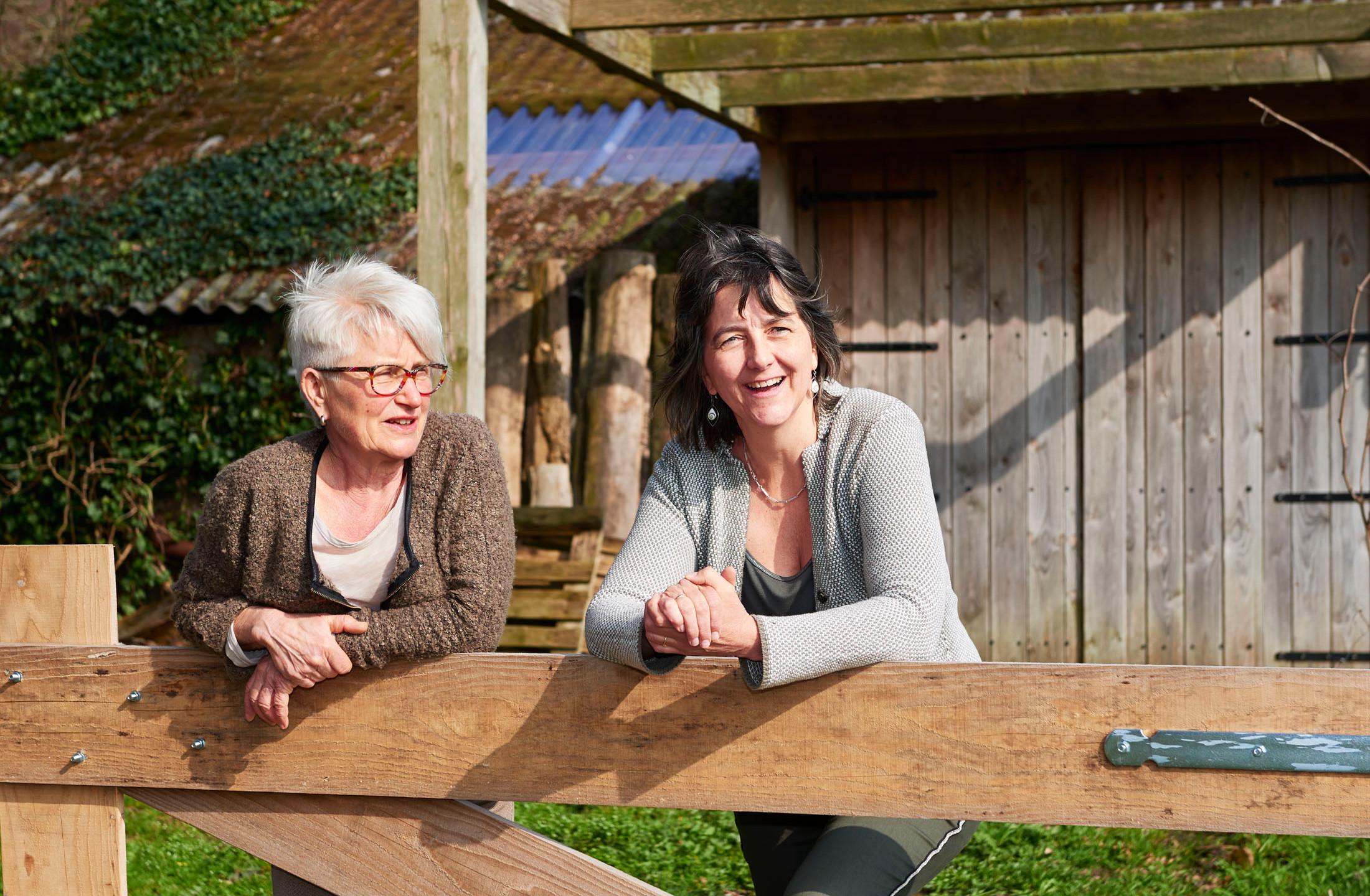 Ria en Paulien van BoerenVragen genieten van het najaarszonnetje