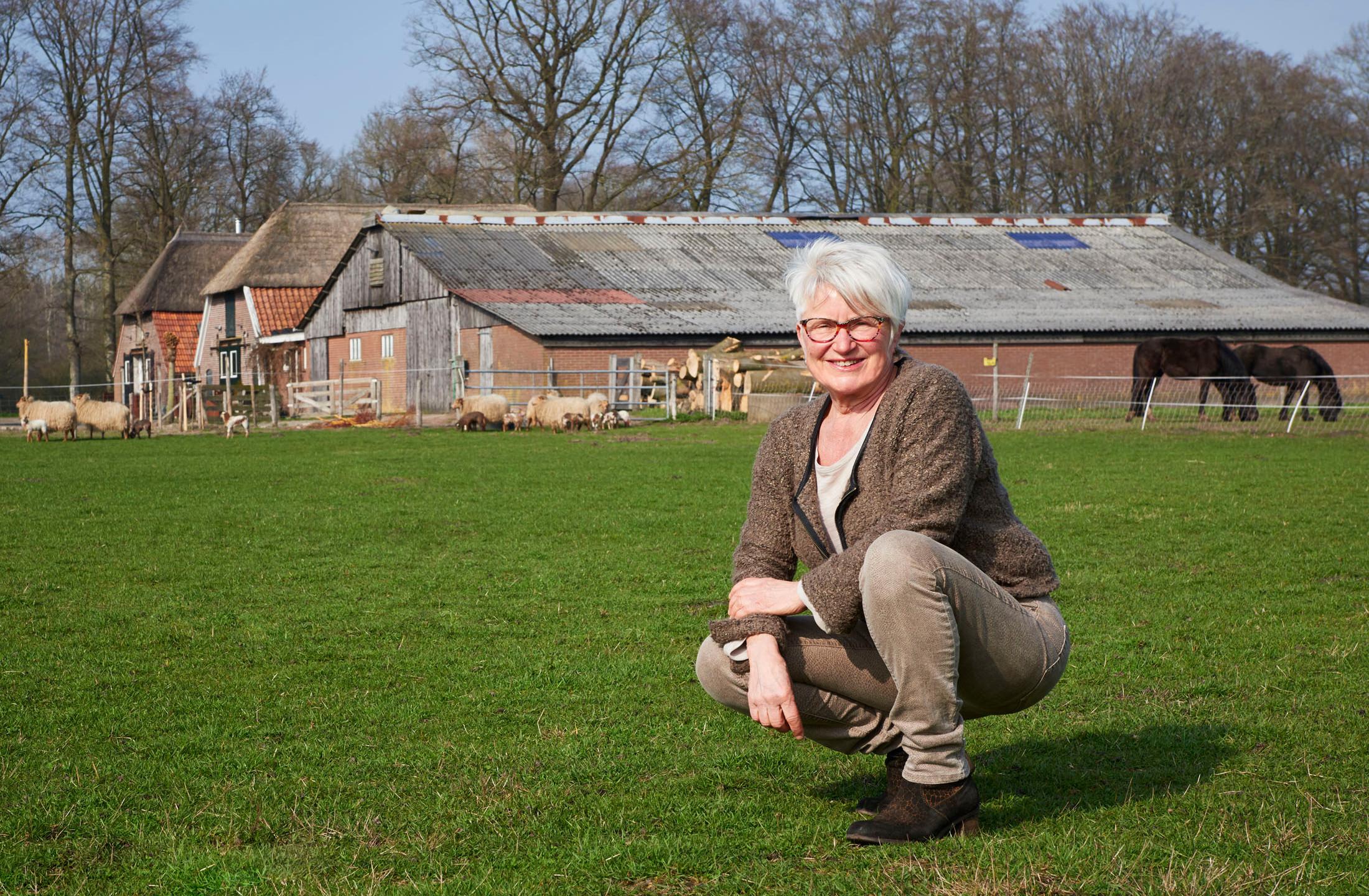Portret van coach Ria Markvoort van BoerenVragen met in de achtergrond een boerderij