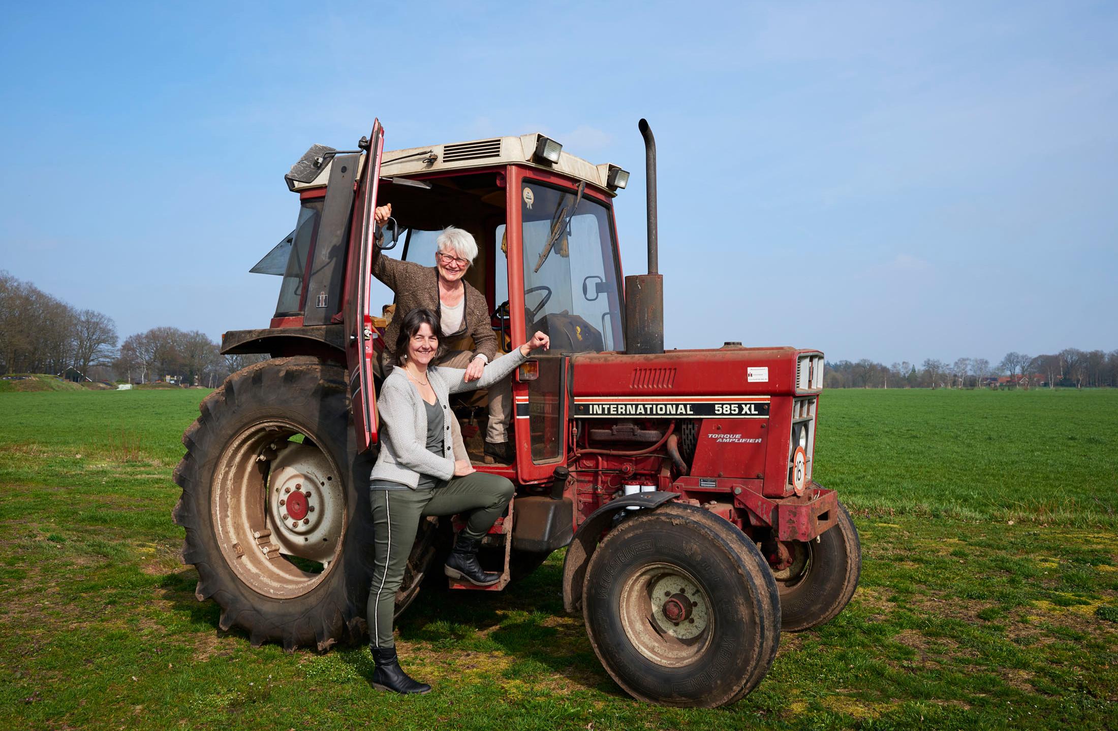 Ria en Paulien zijn ook heel stoer zo met de traktor
