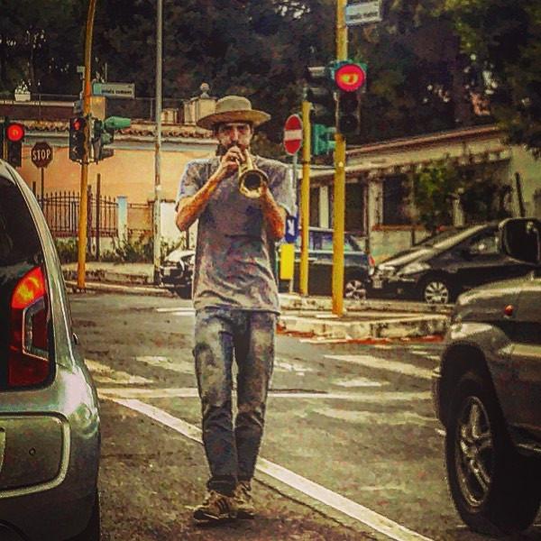the lone jazzman at the traffic light (street music sketch)