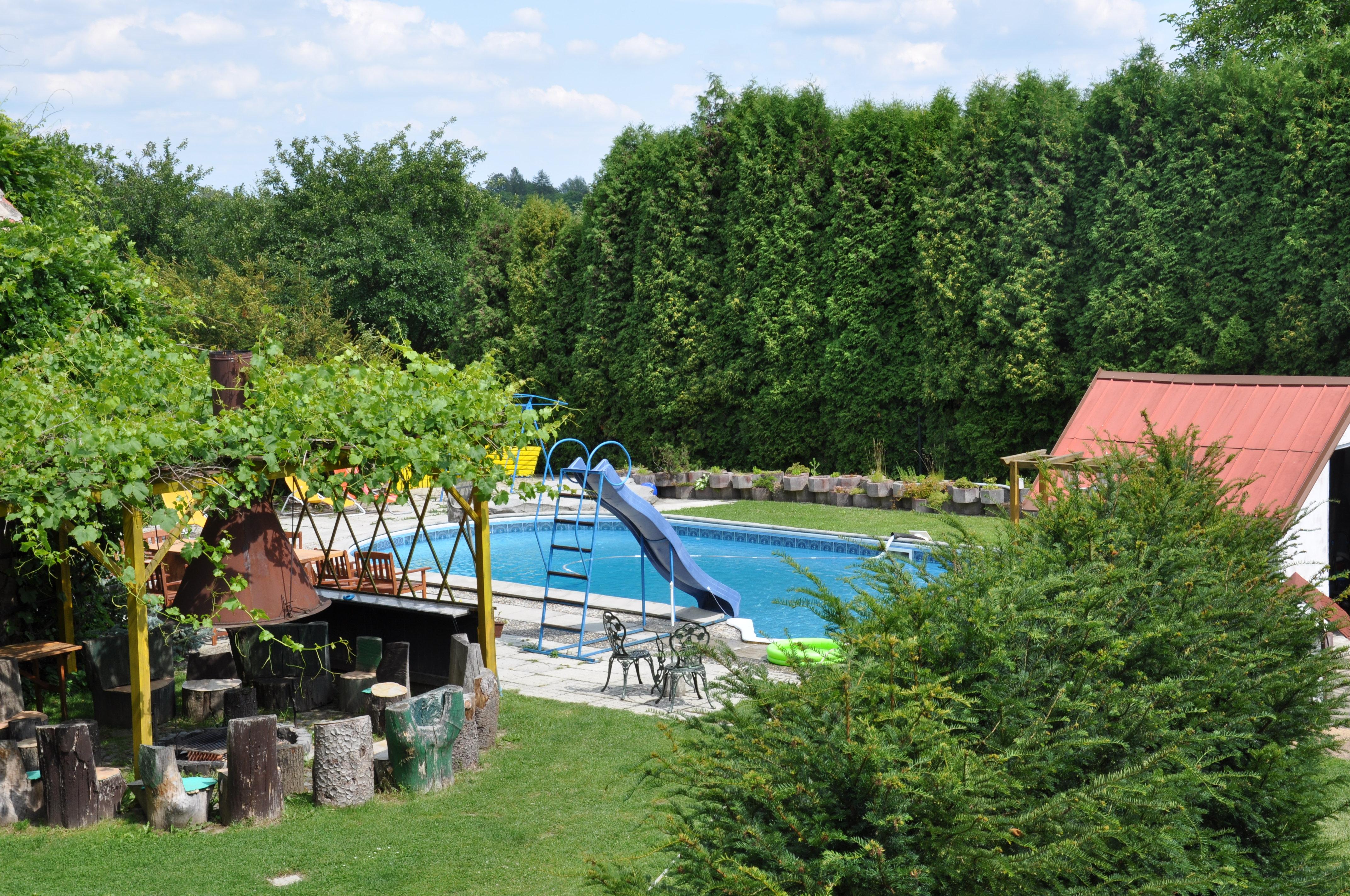 bazén a posezení