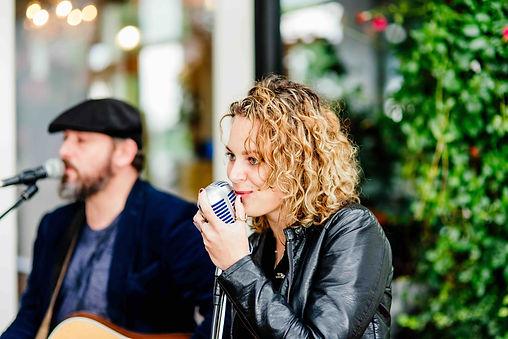 Contact Lara Leaves, akoestische band voor bruiloft, feest en achtergrond