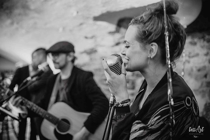 Lara Leaves - Akoestische coverband voor bruiloft, feest en achtergrond (TessArt)