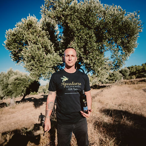 Olivenbauer mit Olivenölflasche.jpg