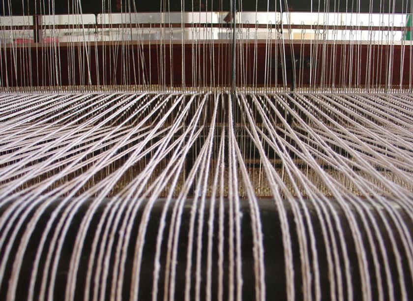 Detalhe da urdidura de um tear, em fios de algodão