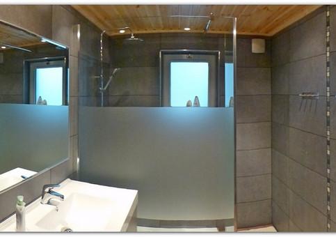 De vernieuwde badkamer.
