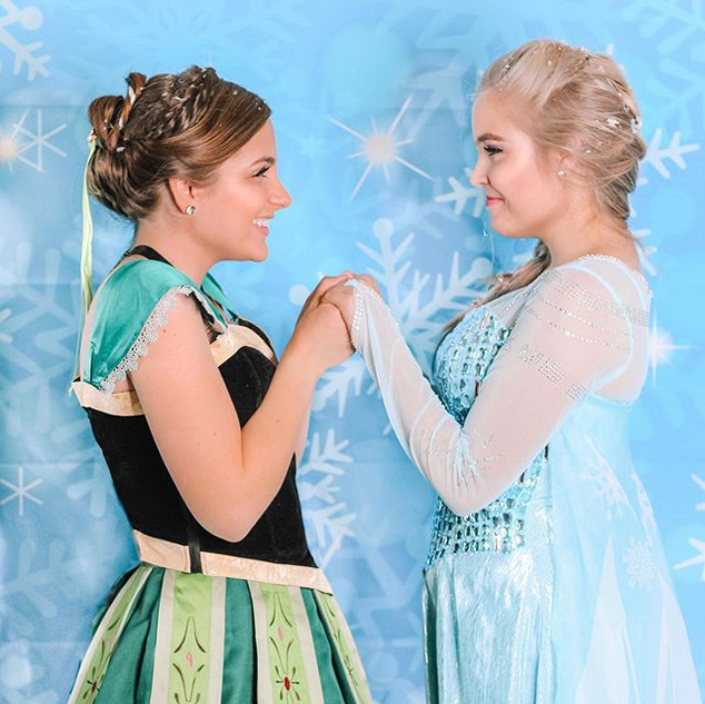 ❄️Elsa and Anna are excited to give you