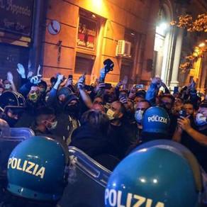 Notte di guerriglia a Napoli contro il coprifuoco imposto dalla Regione Campania