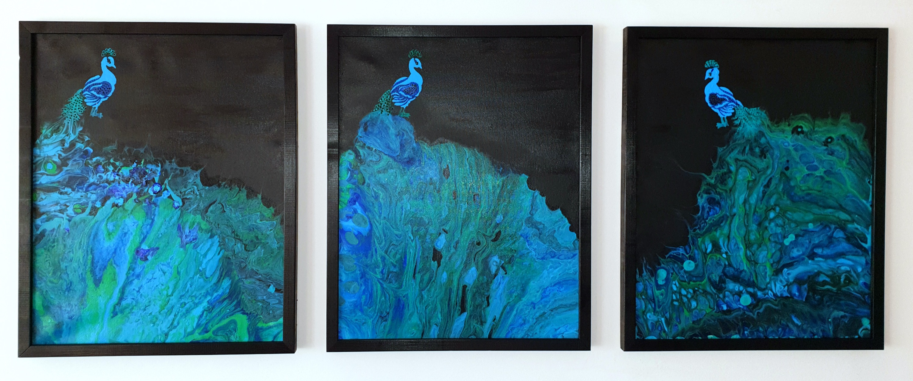 """Trzy akrylowe obrazy tworzące całość - w sumie 132cm x 54cm pt. """"Pawie"""" (2020)"""