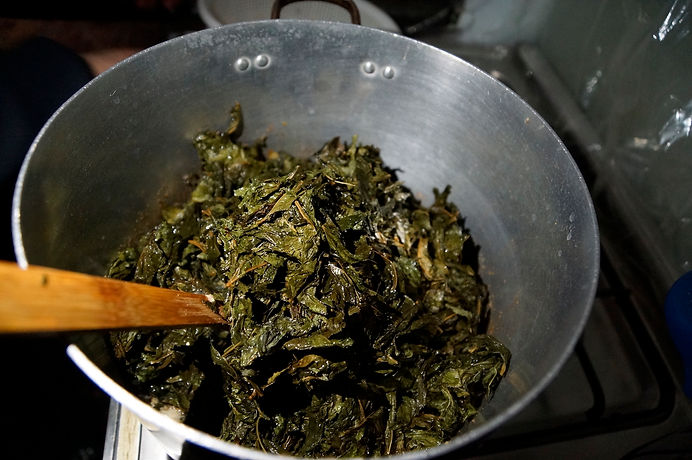 adding molokhia leaves to onions, molokhia recipe, lebanese recipes