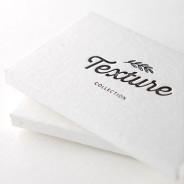 Mettez la main sur cet ensemble d'échantillons de papiers luxueux! Voyez et touchez les différents papiers texturés tel que le kraft, le coton et le bois véritable. Obtenez des exemples de letterpress et estampage métallique.