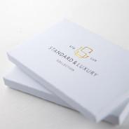 Mettez la main sur cet ensemble d'échantillons de papiers standards et luxueux! Voyez et touchez les différents options telles que l'embossage, le soft touch et les tranches colorées.