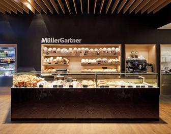 Die Theke mit allen unseren Köstlichkeiten in unserem MüllerGartner Café im Marchfeld Center in Groß-Enzersdorf.