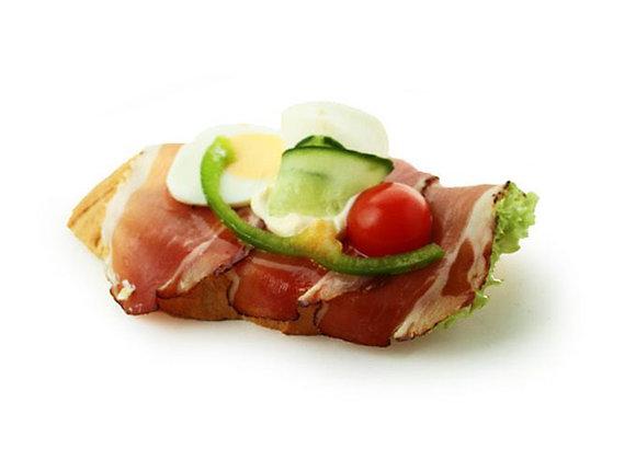 Belegtes Sandwich mit Rohschinken