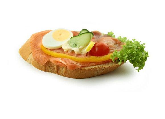 Belegtes Sandwich mit Lachs