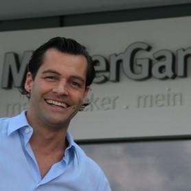 Unser Geschäftsführer, Othmar Müller vor unserer Filiale im Marchfeld Center in Groß-Enzersdorf.