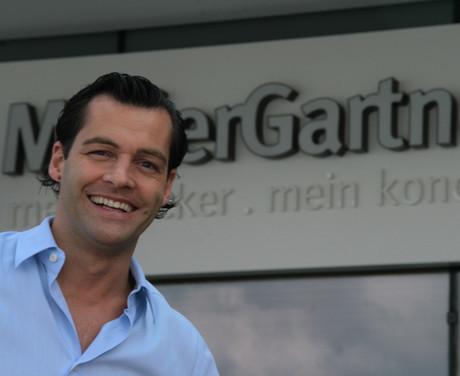 Unser Geschäftsführer Othmar Müller vor unserer MüllerGartner Filiale im Marchfeld Center in Groß-Enzersdorf.