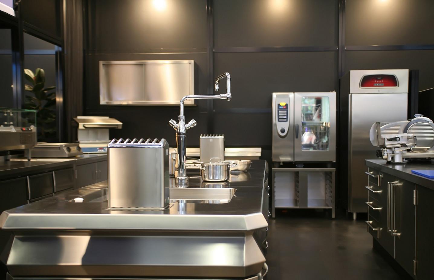 Hygienisch saubere Gastronomieküche als Verweis auf die MüllerGartner Stammkunden.