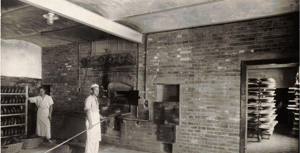 Altes Schwarz-Weiß Foto von einem alten Ofen in der MüllerGartner-Bäckerei.