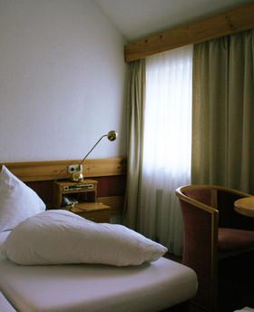 Feines Hotelzimmer bei angenehmer Morgensonne.