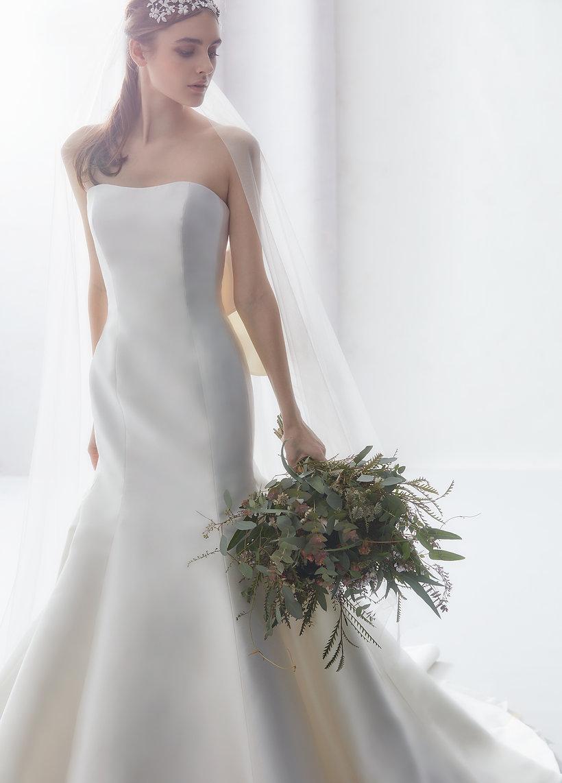 シンプルなミカドのマーメイドラインのドレスは上品で優美な印象を出してくれますね♡