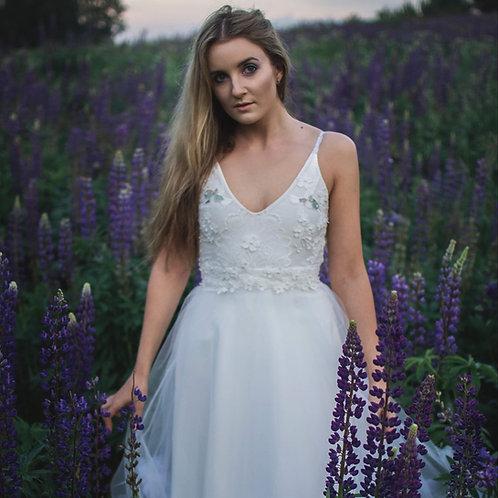 Romantiško stiliaus suknelė dekoruota tiulio gėlėmis