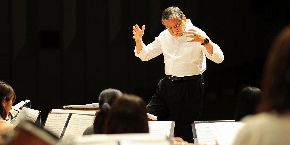 演奏中の指揮者