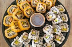 Charola de sushi mitad camarón empanizado y midad surimi no empanizado