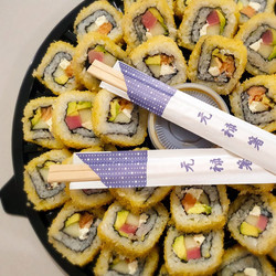 Charola de sushi de salmón y atún empanizada