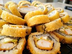 Charola de sushi de camarón empanizado por dentro y por fuera