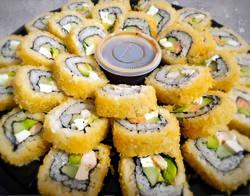 Charola de sushi de salmón y camarón empanizada