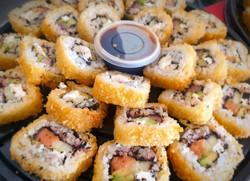 Charola de sushi de salmón, camarón y atún empanizada