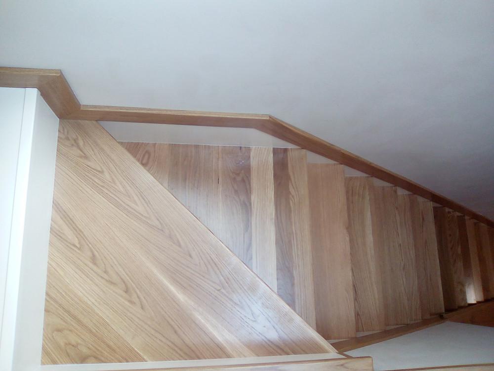 Forrado de escalera con peldaños de madera