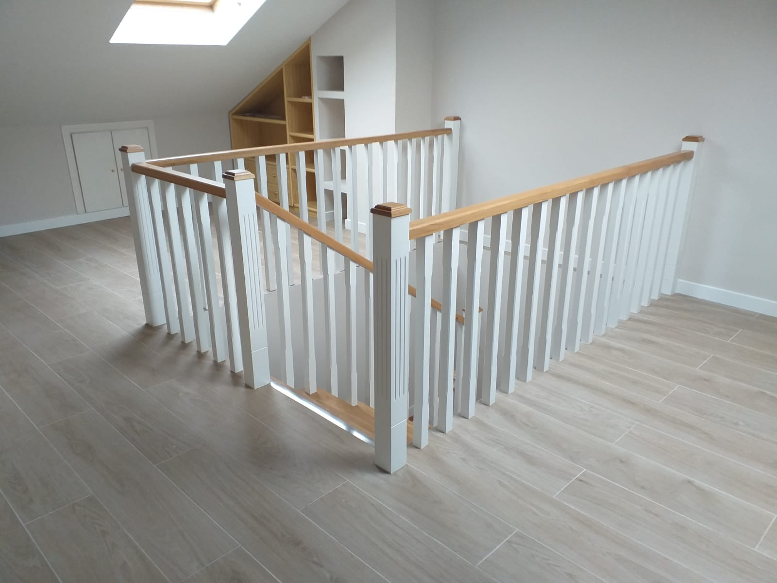 Escalera y barandilla de madera
