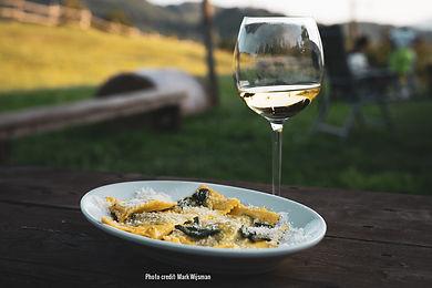Ravioli an wine