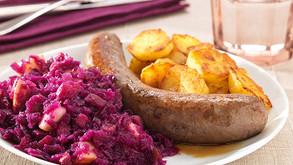 Chou rouge à la saucisse et pommes de terre cuites