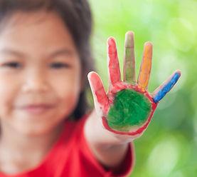 Meisje laat haar geverfde hand zien zoals bij Jamara rekenen veel gebruikt wordt